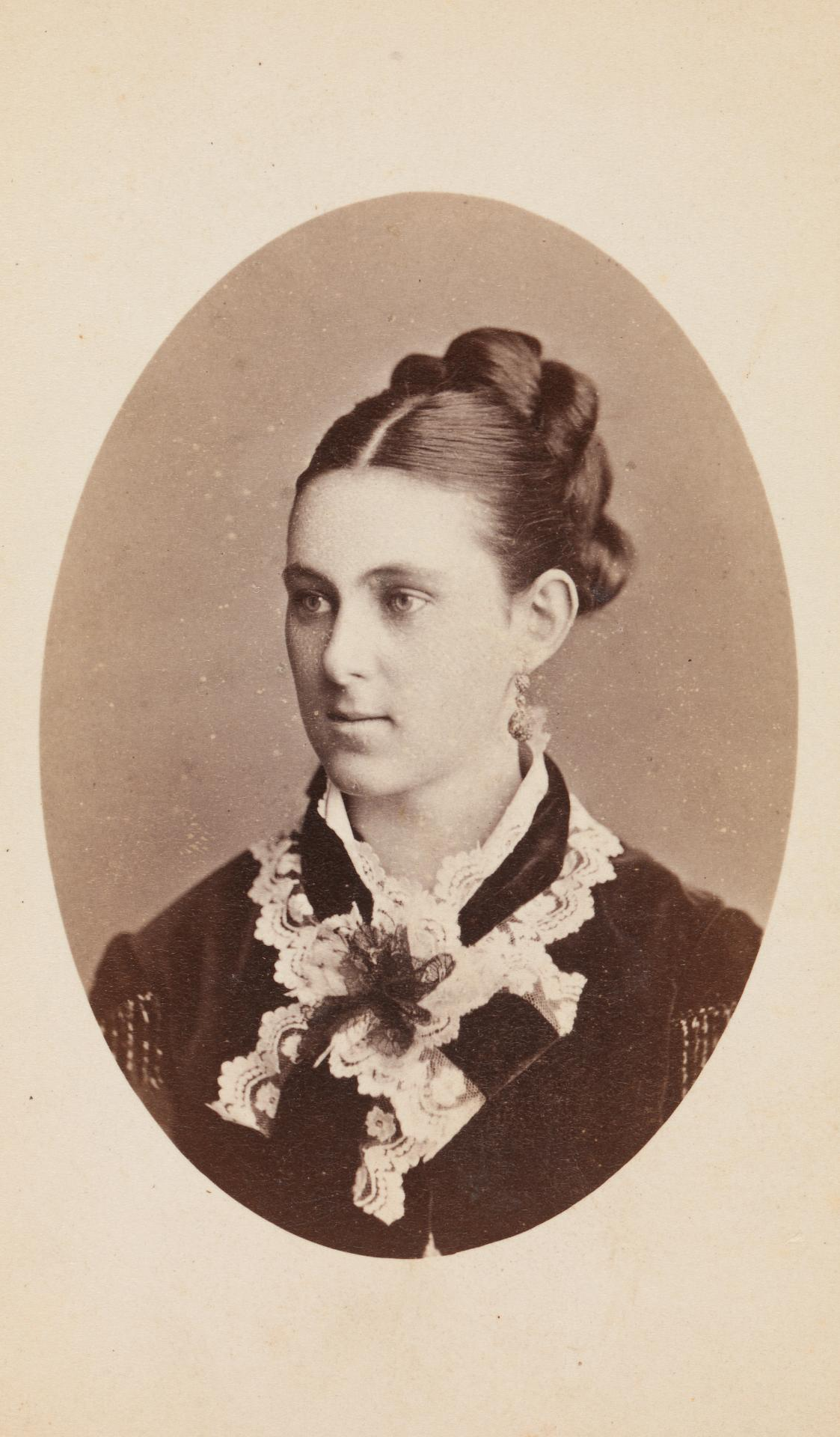 No title (Woman with elaborate hairstyle and frilly collar), carte-de-visite