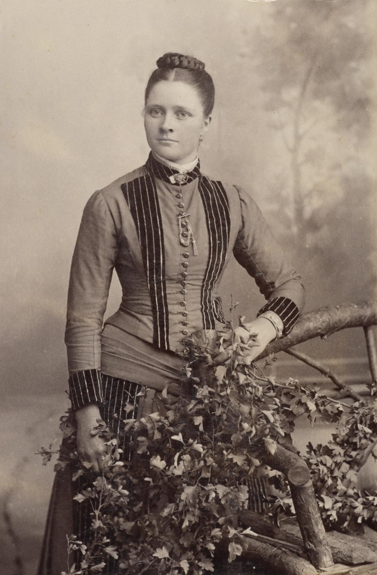 No title (Young woman), carte-de-visite