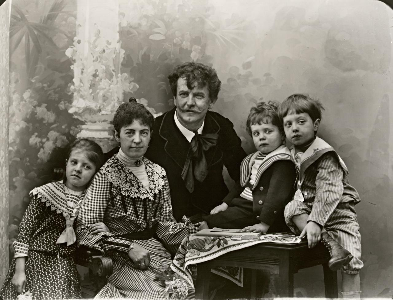 Professor Leopold Korensky with his wife and children, Linz, Danube 1906