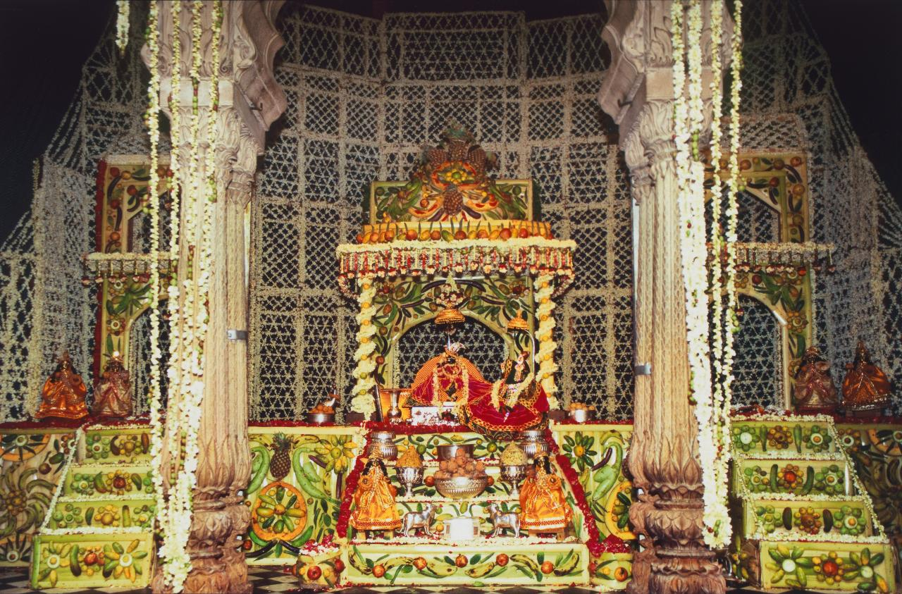 Sri Radharaman Mandir, Phul Bangala offered on Ekadashi, Vrindavan