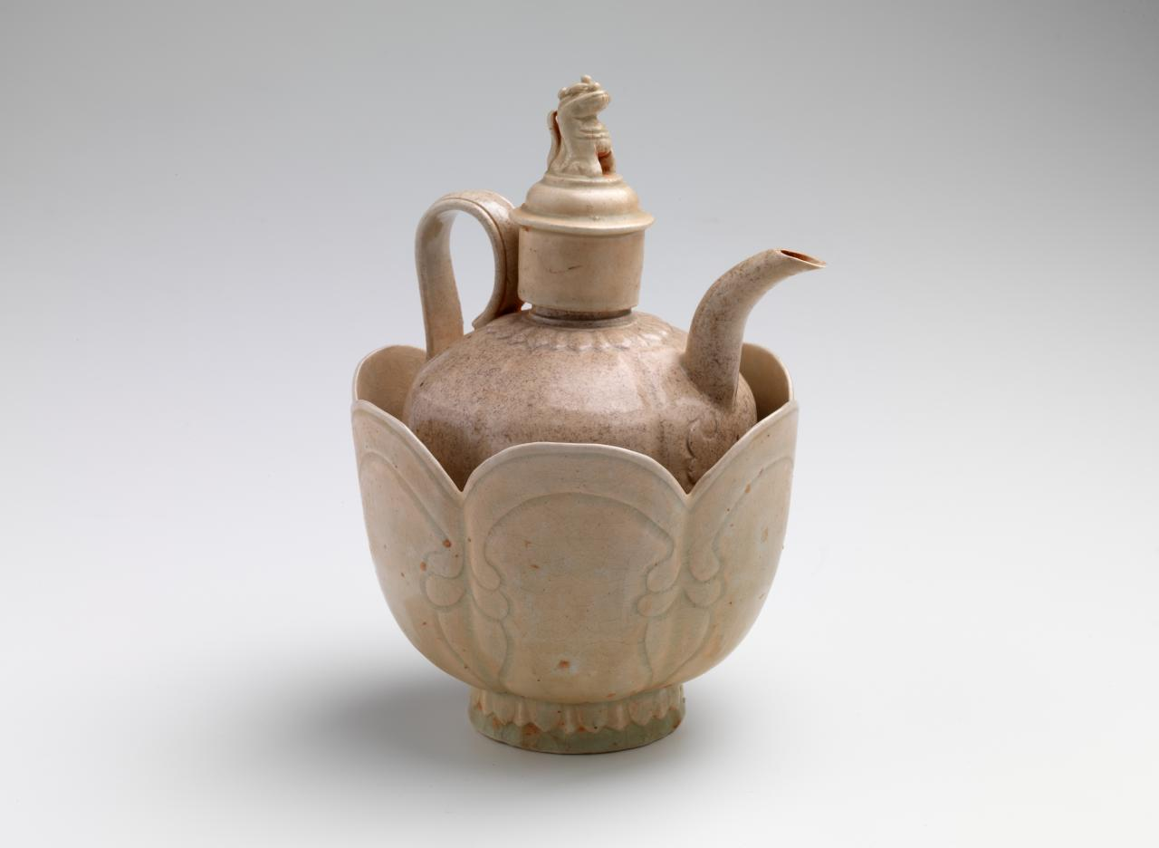 Covered ewer with bowl